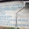 Arkova sta svoje mnenje zapisala na steno, ki gleda v Prešernovo domačijo.