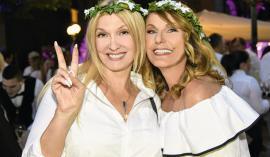 Prijateljici Helena Blagne in Zvezdana Mlakar sta se ob srkanju penine prešerno smejali in skrbeli za dobro vzdušje