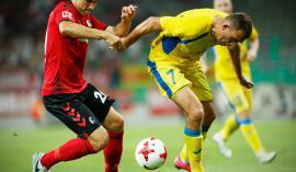 Domžalskemu nogometašu Ivanu Firerju (desno) ne manjka odločnosti in poguma