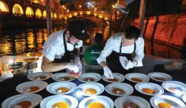 Večerja na ladjici je nepozabno doživetje. Foto: Peter Irman