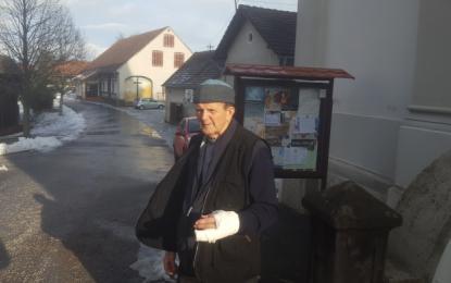 Župnik Janez Osvald je izkoristil trenutek nepozornosti in pritisnil gumb za alarm