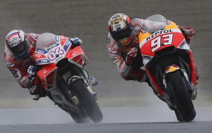 Andrea Dovizioso, levo, je v ciljni ravnini izkoristil preveliko željo Marca Marqueza po zmagi