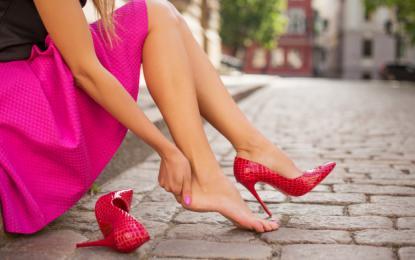 Otekanje nog je pogostejše pri ženskah, ki nosijo visoke pete. Foto: Guliver/Thinkstock