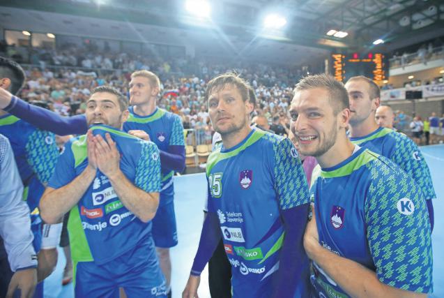 Slovenski rokometaši so proslavili nov uspeh s svojimi navijači