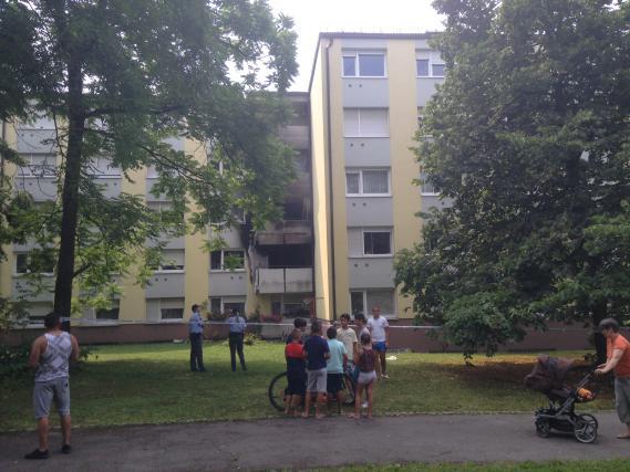 Foto pred ognjem so skakali z oken in plezali po lestvi - Dima import export sl ...