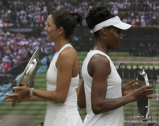 Finalna zmagovalka Muguruzova in poraženka Venus Williams sta prejeli vsaka svoj wimbledonski pladenj