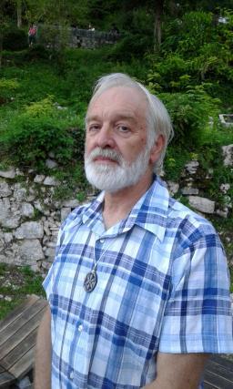 Kraševec Boris Čok s staroversko svarico na verižici
