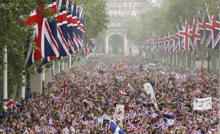 Poroko Williama in Kate so spremljale množice, Harry si želi bolj intimnega dogodka
